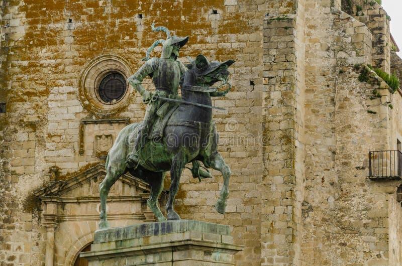 法兰西斯克・皮泽洛老教会和雕象在特鲁希略角  埃斯特雷马杜拉西班牙 免版税库存照片