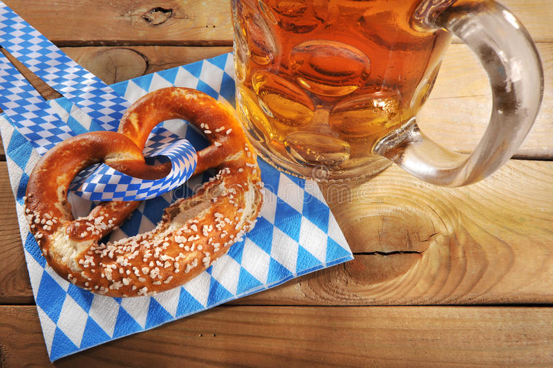 巴法力亚慕尼黑啤酒节软的椒盐脆饼用啤酒 免版税库存照片