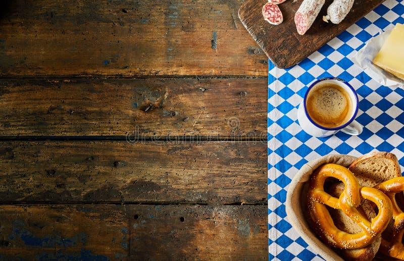 巴法力亚早餐用椒盐脆饼,香肠,咖啡 库存照片