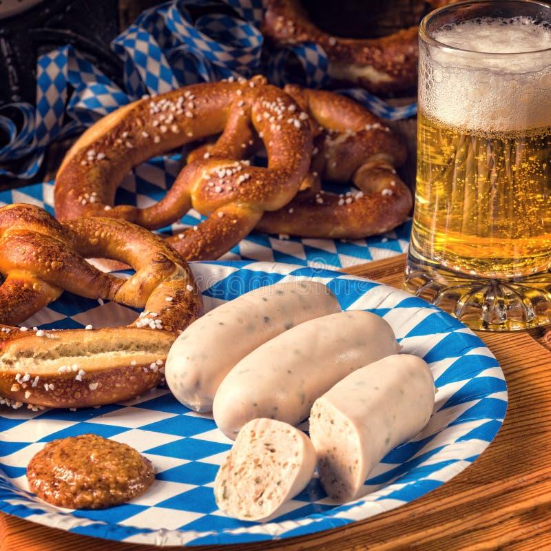 巴法力亚香肠用椒盐脆饼、甜芥末和啤酒 库存图片