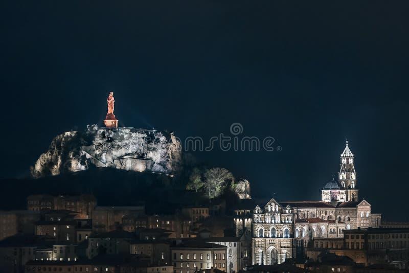 法国中部的天际线Le Puy-en-Velay;主教座堂和红色基督教雕像 免版税库存图片