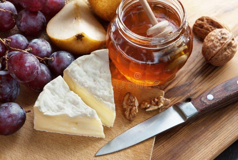 法国乳酪用蜂蜜 免版税图库摄影