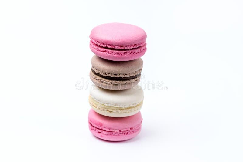 法国五颜六色的Macarons在白色背景桃红色布朗白色Macaron的五颜六色的淡色Macarons 库存照片