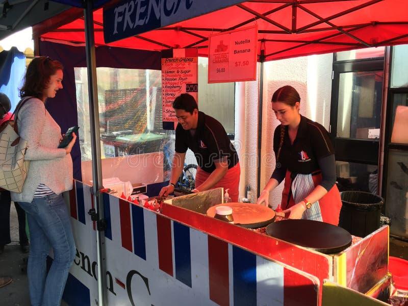 法国人厨师准备绉纱在La Cigala法国人市场上 免版税库存照片