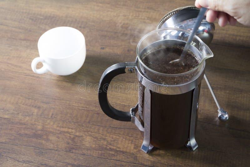 法国人新闻咖啡酿造准备 免版税库存照片
