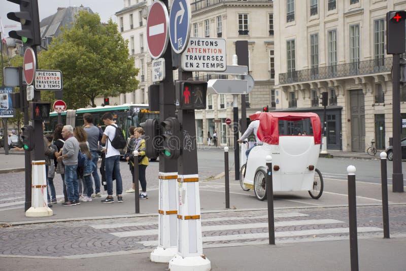 法国人民骑自行车的自行车人力车等待的旅客用途服务在巴黎市附近游览 图库摄影
