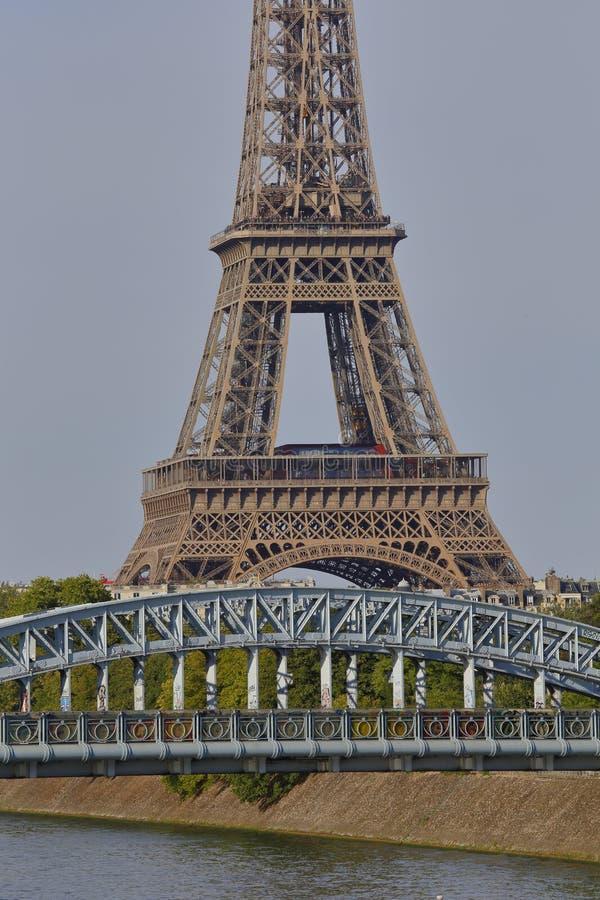 法国人自由女神像复制品和艾菲尔铁塔有Debilly人行桥的,看法从河塞纳河-巴黎,法国, 20 8月1日, 免版税库存图片