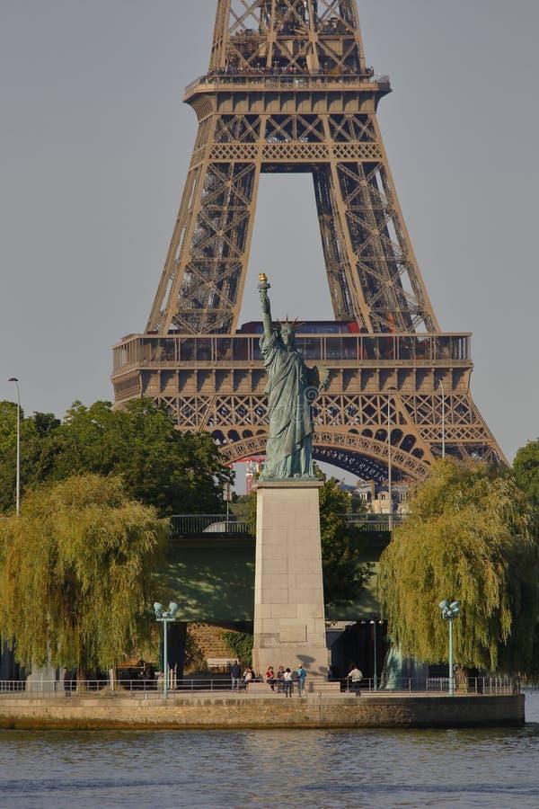 法国人自由女神像复制品和艾菲尔铁塔,从河塞纳河-巴黎,法国, 2015年8月1日的看法-被给了Citize 免版税库存图片