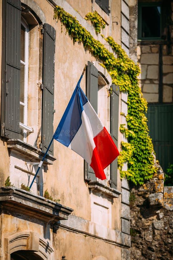 法国人Tricolours国旗在法国装饰大厦 免版税库存照片
