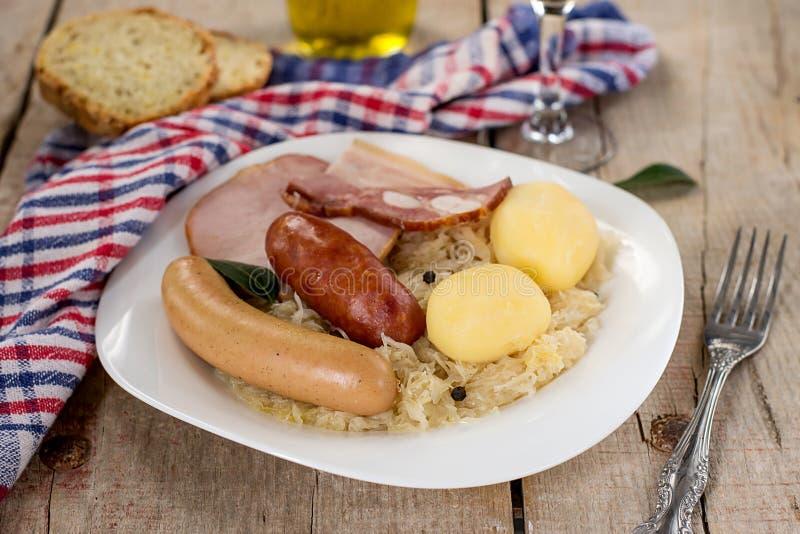 法国传统圆白菜膳食choucroute 免版税图库摄影