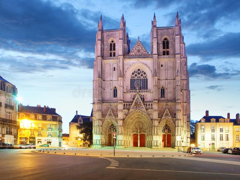 法国南特市 — 圣皮埃尔大教堂的日落景观 免版税库存照片