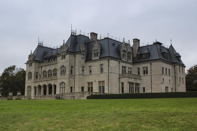 法国大别墅样式茶黄法院背面图,纽波特 库存照片