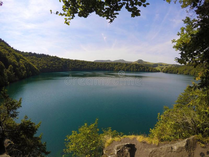 法国山的美丽的湖 免版税库存图片