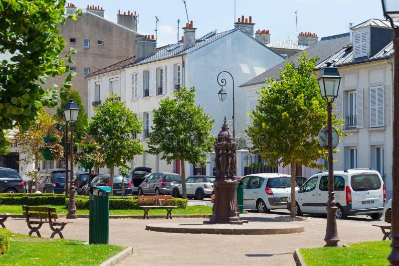 法国巴黎 — 2017年6月23日:查伦顿 — 勒蓬街加布里埃尔街小镇休息区有长椅和雕塑 库存照片