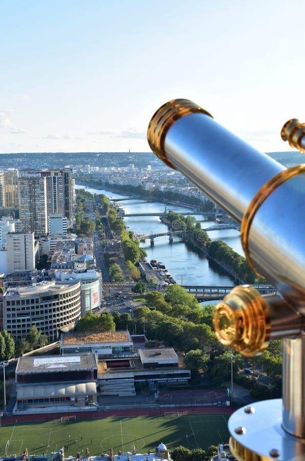 法国巴黎 与小望远镜和塞纳河的埃菲尔铁塔监视 桥梁和自由女神像 免版税库存照片