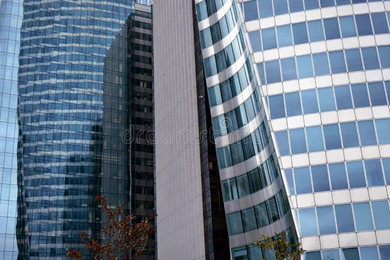 法国巴黎 拉德芳斯商业区,2018年8月 摩天大楼特写镜头 钢、玻璃和反射与颜色 图库摄影