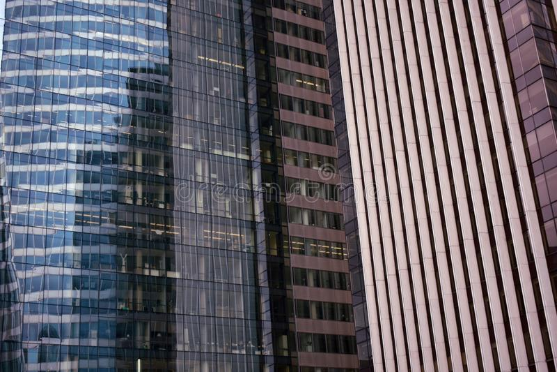 法国巴黎 拉德芳斯商业区 2018年8月 与颜色和反射的摩天大楼特写镜头在玻璃 免版税库存照片