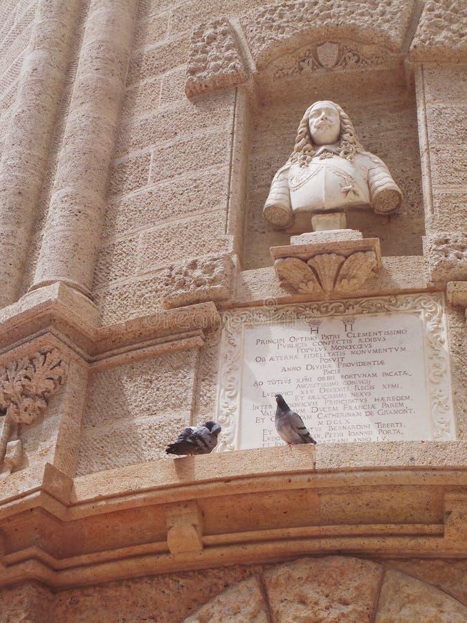 法国摩纳哥两只鸽子临近雕象 免版税库存照片