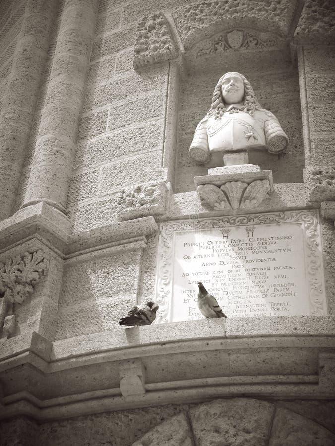 法国摩纳哥两只鸽子临近黑白的雕象 免版税库存照片