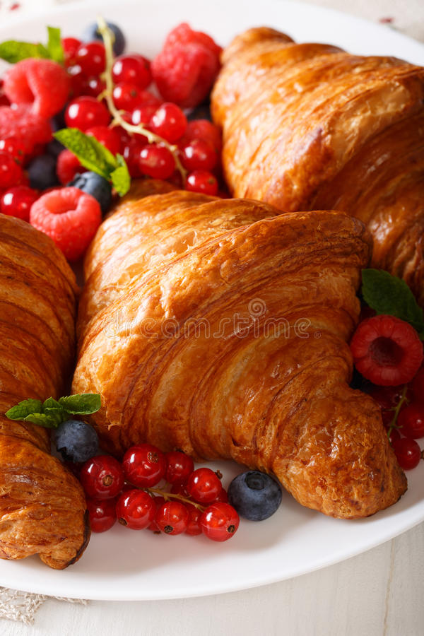 法国新月形面包、莓、蓝莓和红浆果克洛 图库摄影