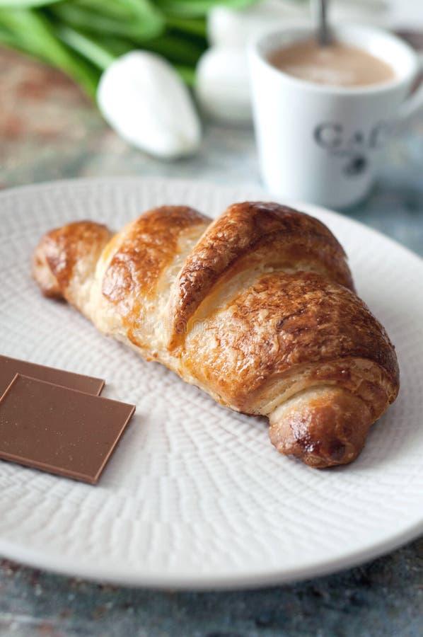 法国新月形面包用巧克力和咖啡杯 免版税库存照片