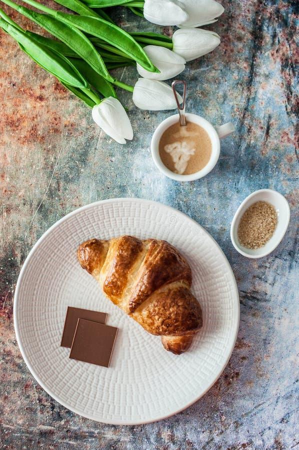 法国新月形面包用巧克力和咖啡杯 库存图片