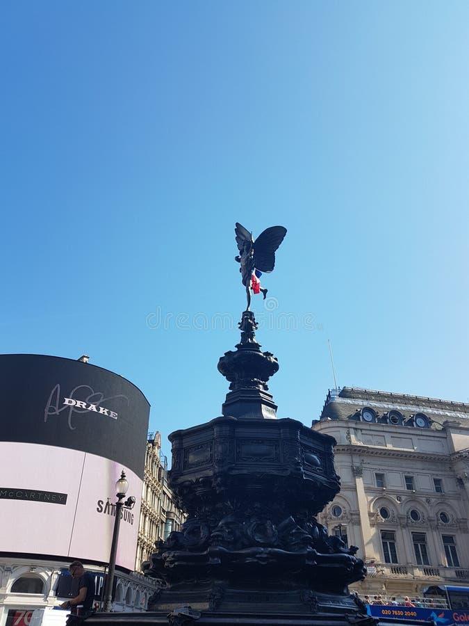 法国旗子在色情雕象在皮卡迪利广场,伦敦顶部,作为法国庆祝赢取世界杯2018年在俄罗斯 免版税图库摄影
