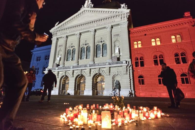 法国旗子的投射在Bundesplatz的在受害者的团结行动从巴黎(2015 11月) 伯尔尼 免版税库存图片