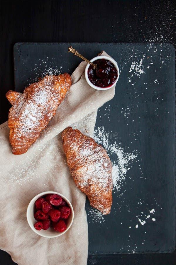 法国早餐用谄媚新月形面包和果酱 库存图片