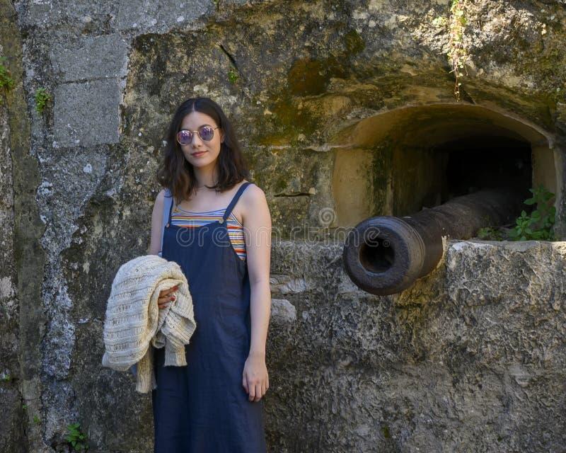 法国普罗旺斯圣保罗德旺斯的一座教堂旁,矗立着美丽的美亚年轻游客 库存图片
