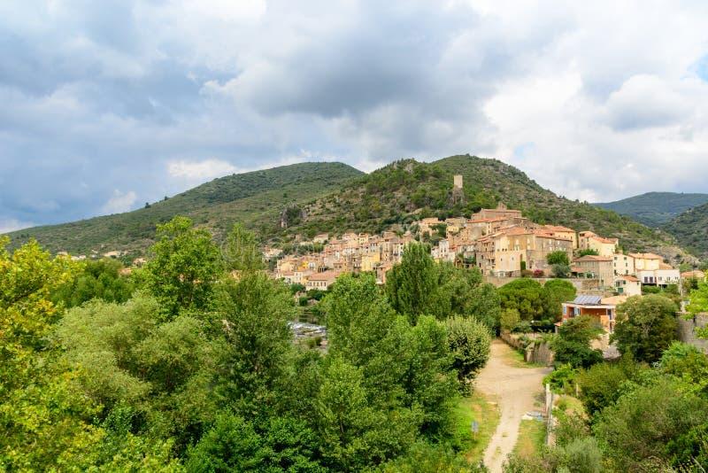 法国村庄Roquebrun,朗戈多克・鲁西荣 免版税库存照片