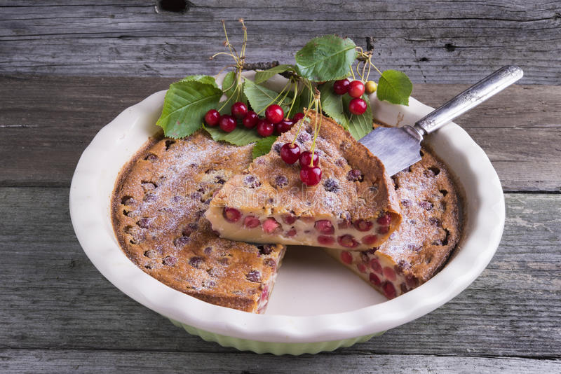 法国樱桃Clafoutis蛋糕 免版税库存照片