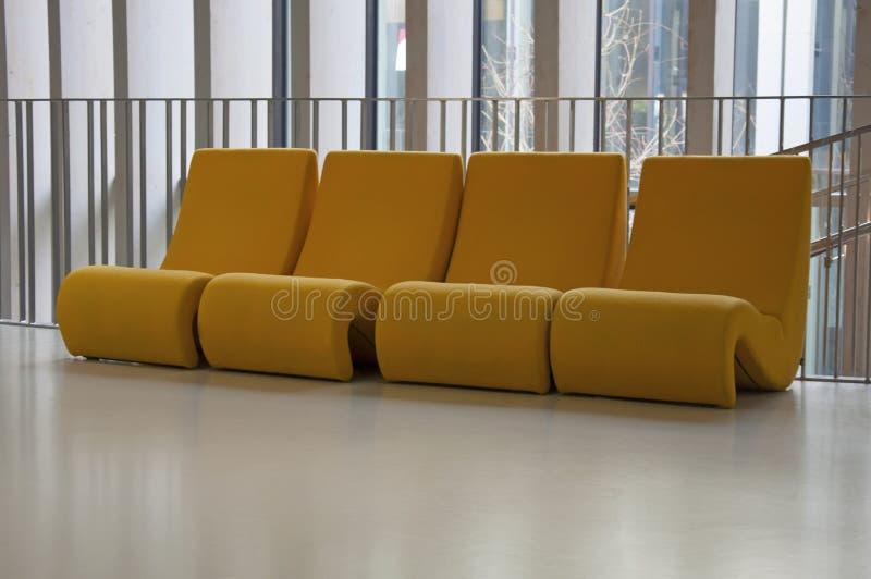 法国波尔多博物馆大厅的四把黄色毛绒椅 库存图片