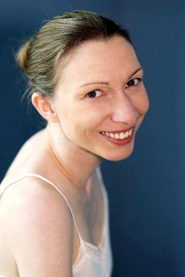 法国浪漫妇女微笑的幸福在度假没有重音 免版税库存照片