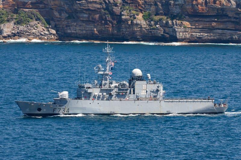 法国海军海洋Nationale大型驱逐舰FNS Vendemiaire F734离去的悉尼港口 免版税库存照片