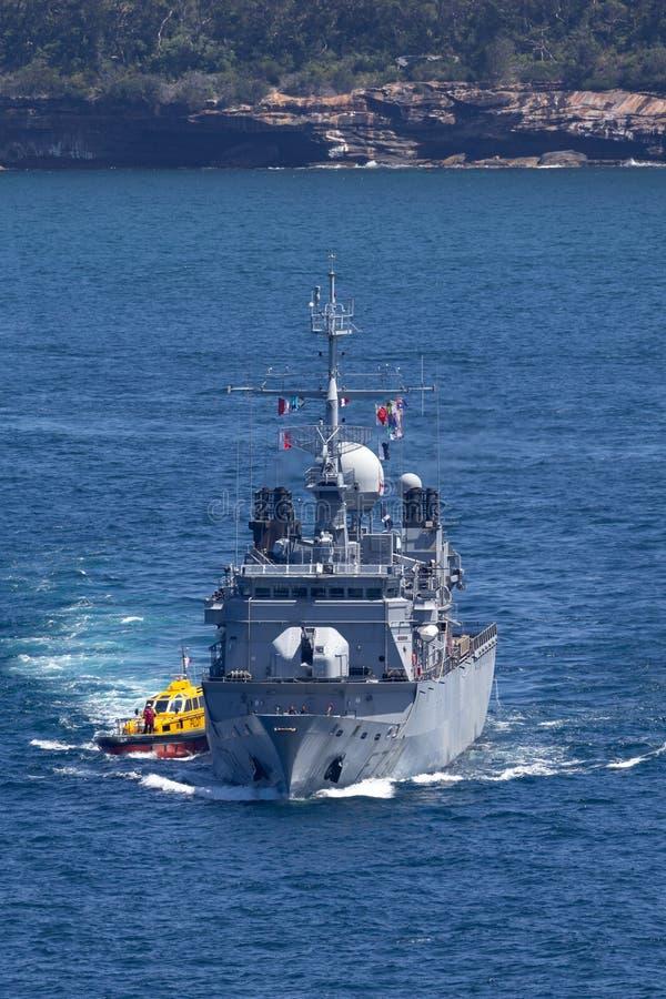 法国海军海洋Nationale大型驱逐舰FNS Vendemiaire F734离去的悉尼港口 库存照片