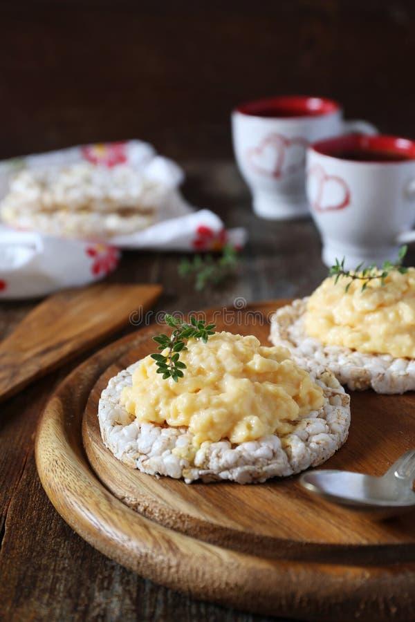 法国烹调 与酸性稀奶油的炒蛋在米面包 库存照片