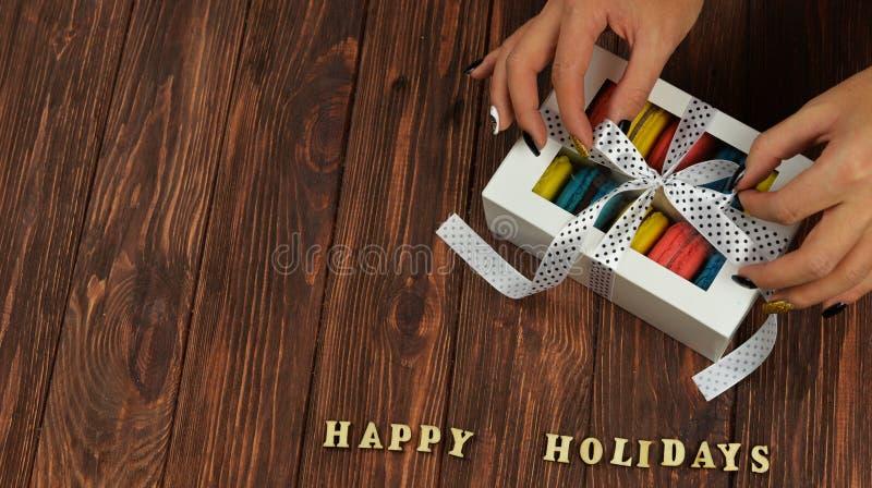 法国甜可口曲奇饼桃红色,黄色,蓝色在木ba 免版税图库摄影
