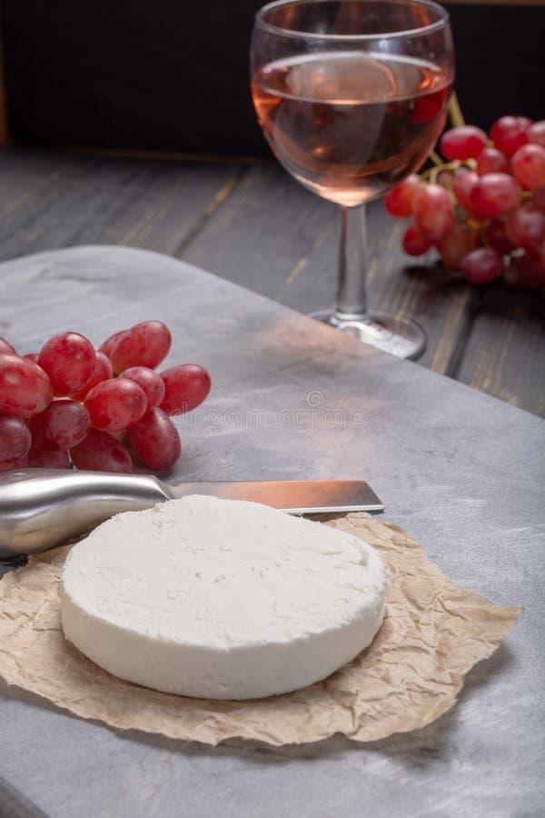 法国白色软的山羊乳干酪供食用玫瑰酒红色 免版税库存照片