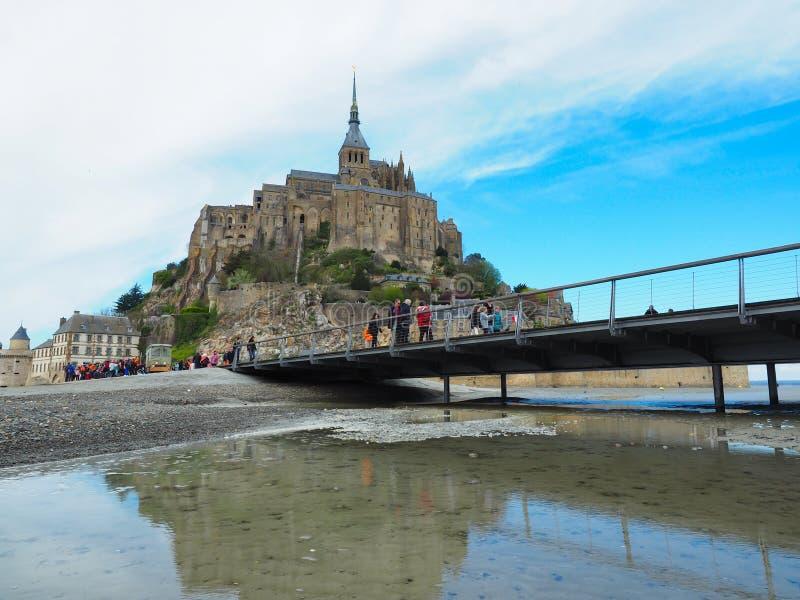 法国的圣米歇尔山 旅客要一次看它 库存照片