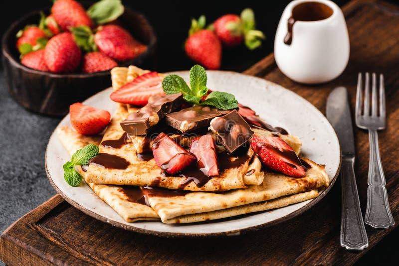 法国绉纱用巧克力汁和草莓 免版税图库摄影