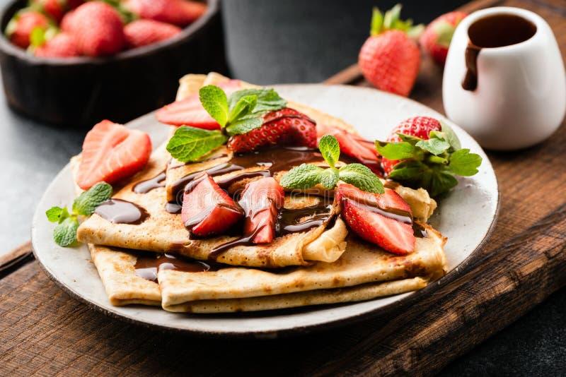 法国绉纱用草莓和巧克力汁 库存照片