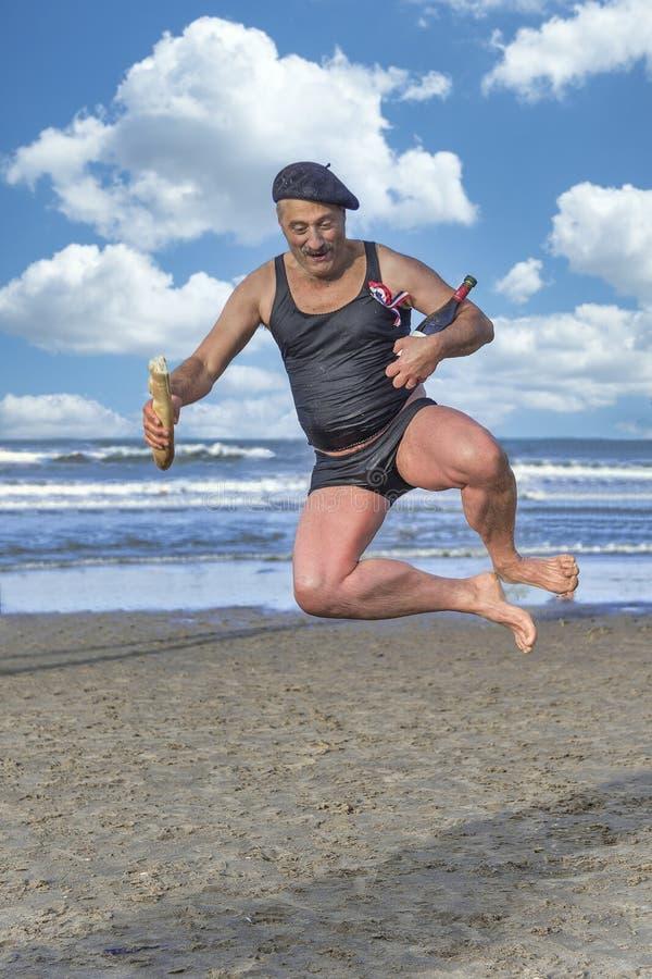 法国老人跳上沙滩