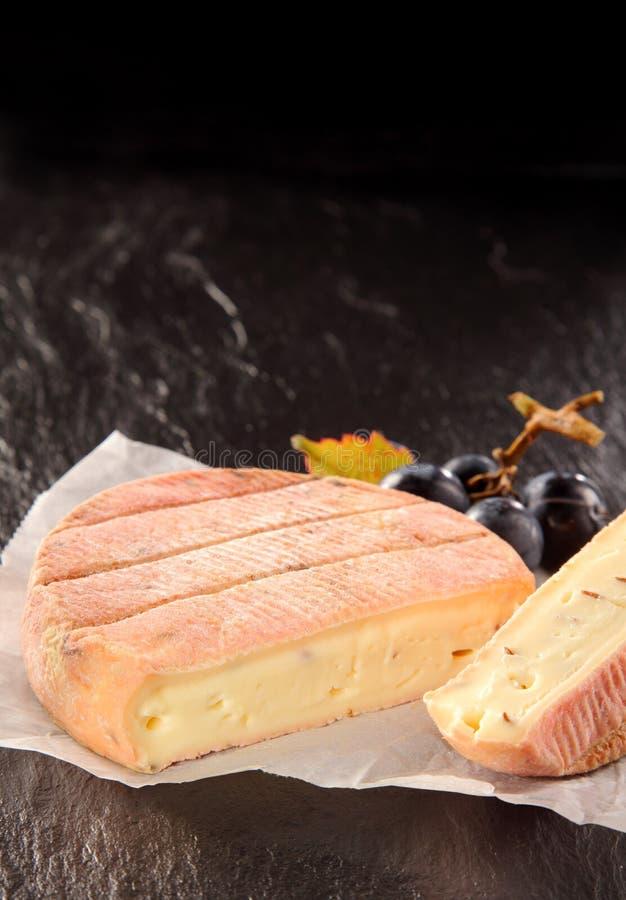 法国芳香软干酪用新鲜的葡萄 免版税库存照片