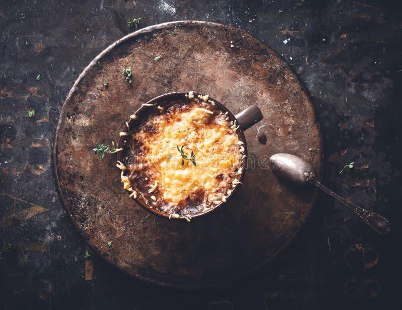 法国葱汤用Gratined乳酪,冬天食物 免版税图库摄影