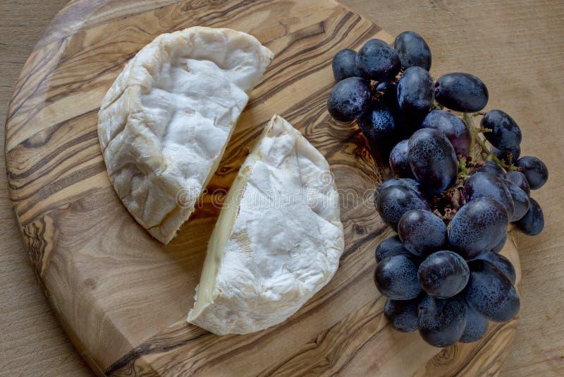 法国软干酪和葡萄 免版税库存照片