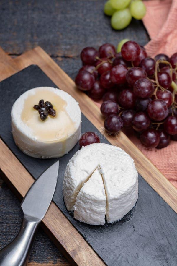 法国软干酪,另外口味山羊牛奶natura品种  免版税库存照片
