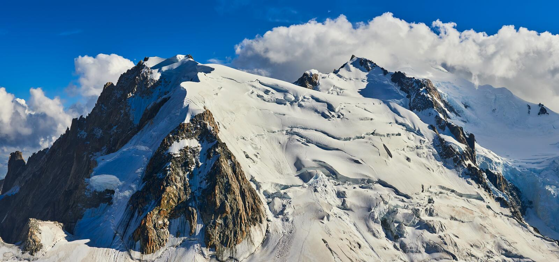 法国阿尔卑斯、勃朗峰和冰川如被看见从南针峰,夏慕尼,法国 免版税库存图片