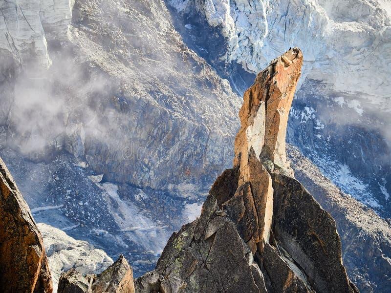 法国阿尔卑斯、勃朗峰和冰川如被看见从南针峰,夏慕尼,法国 免版税库存照片