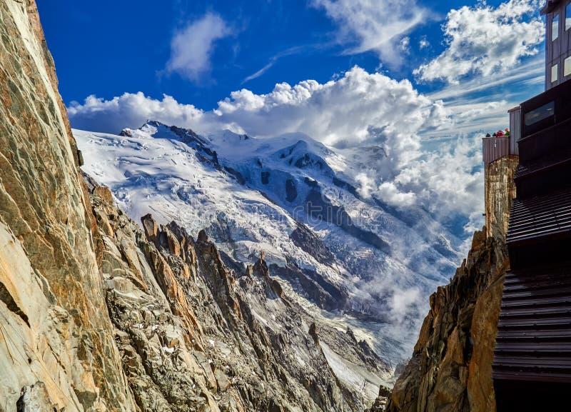 法国阿尔卑斯、勃朗峰和冰川如被看见从南针峰,夏慕尼,法国 免版税图库摄影
